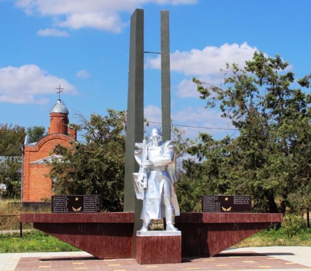 п. Падинский Георгиевского р-на. Памятник «Солдат Победы», установленный в честь погибших земляков.