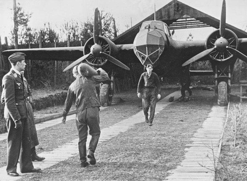 Авиатехники готовят бомбардировщика Do-17Z к вылету. Декабрь 1940 г.