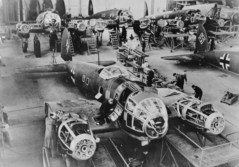 Сборочная линия немецких бомбардировщиков Хейнкель He.111. Декабрь 1940 г.