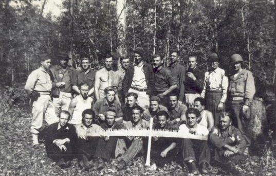 Узники лагеря на лесоразработке.