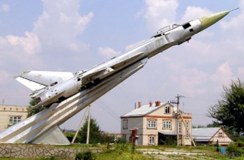 г. Новоалександровск. Памятник-самолет Су-15ТМ летчикам, погибшим в годы войны.