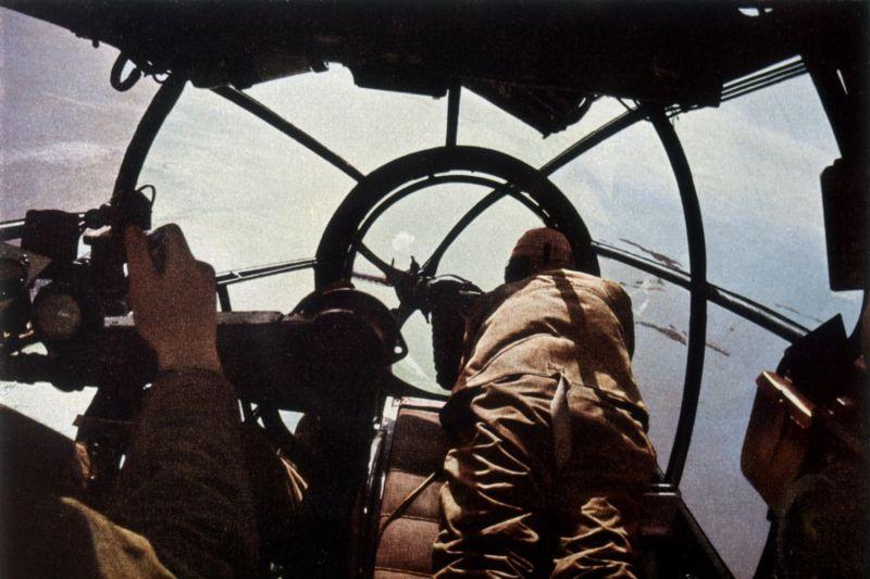 В кабине бомбардировщика Хейнкель He-111 во время боевого вылета на бомбардировку Великобритании. 1940 г.