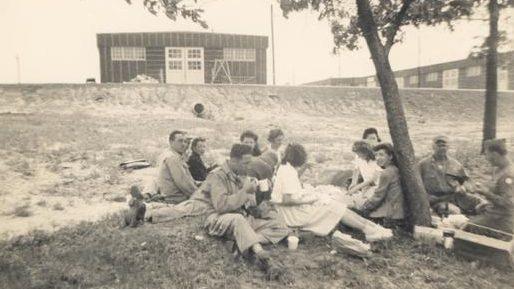Американский персонал лагеря на пикнике.