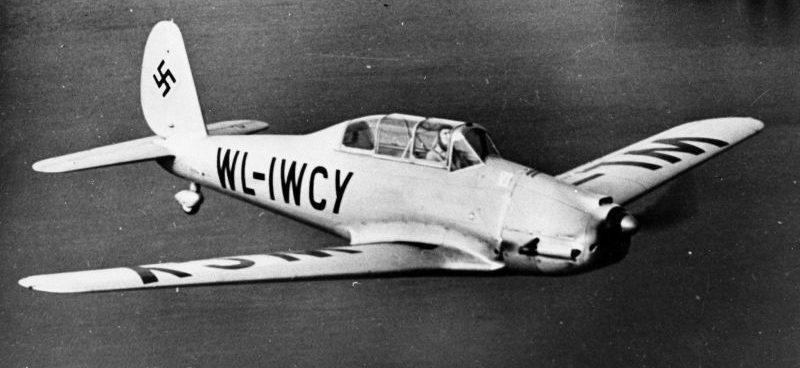 Учебно-тренировочный самолет Arado Ar-96B в полете над водой. 1940 г.