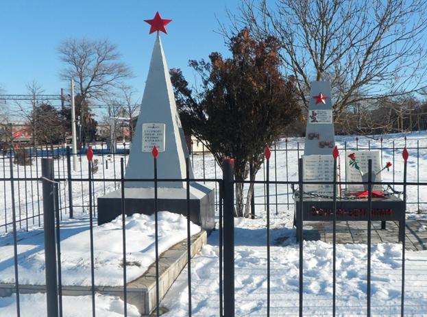 с. Киан Андроповского р-на. Братская могила 3 советских воинов.