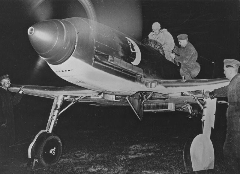 Истребитель «Хейнекель» He-100 готовят к ночному вылету. 1940 г.