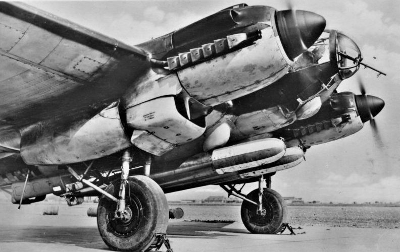 Торпедоносец He-111H-4 с учебными торпедами перед вылетом на аэродроме Гроссенброде. 1940 г.