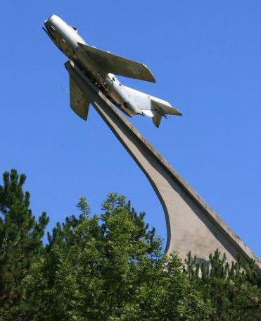 г. Кисловодск. Самолет-памятник МиГ-15, установленный в 1971 году в честь военных летчиков, защищавших небо Кавказа. Архитектор - И. М. Фриденталь.