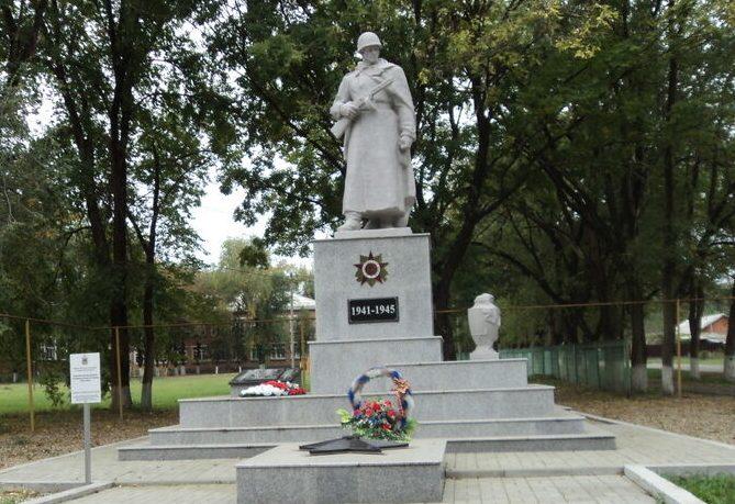 с. Раздольное Новоалександровского р-на. Памятник, установленный на братской могиле воинов, погибших в годы войны.