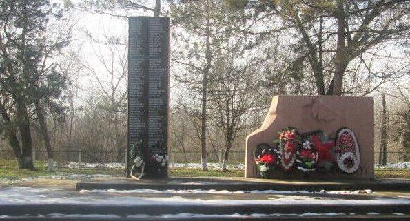 с. Гражданское Минераловодского р-на. Мемориал, установленный на братской могиле советских воинов, погибших в годы войны.