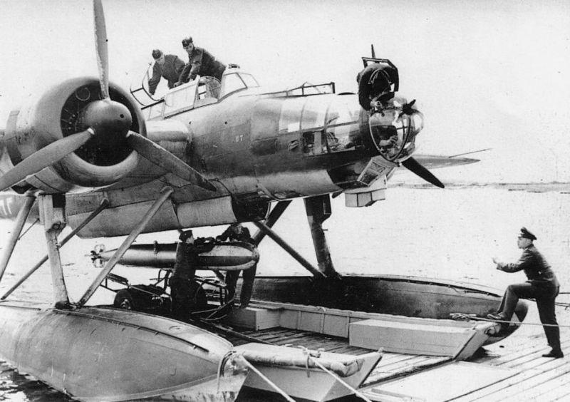 Техники подвешивают авиационную торпеду на гидросамолет Хейнкель He-115. 1940 г.