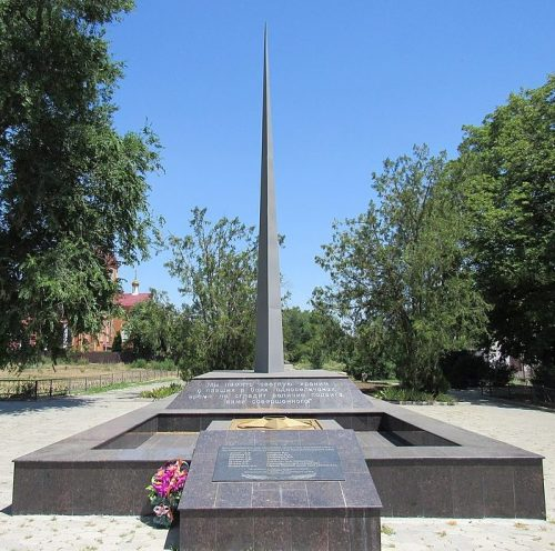 с. Грачевка. Памятник у школы, установленный на братской могиле воинов, павших в годы Гражданской и Великой Отечественной войн.