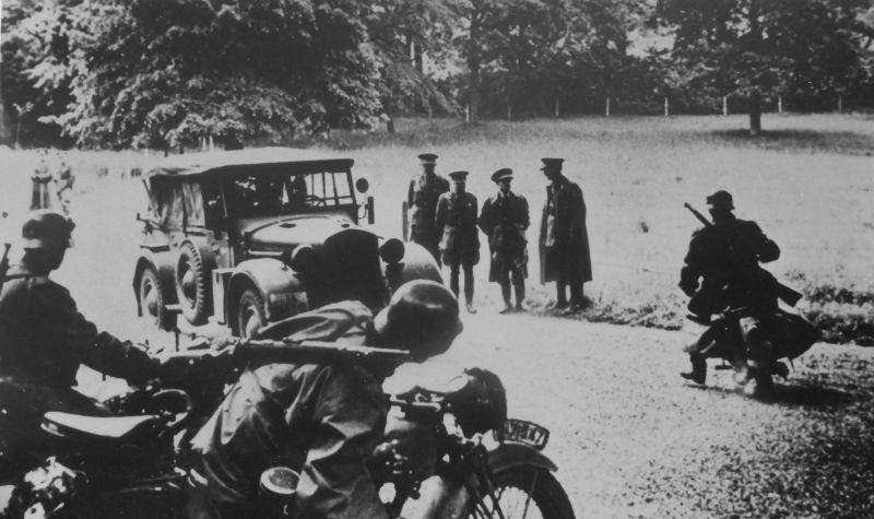 Бельгийские пленные офицеры у автомобиля «Хорьх 901». Май 1940 г.