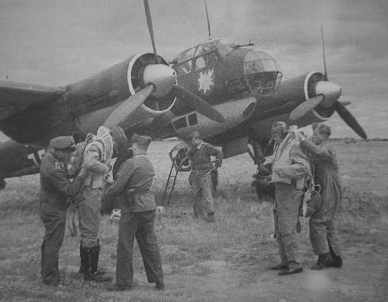 Подготовка к вылету бомбардировщика Ю-88 A-1. 1940 г.