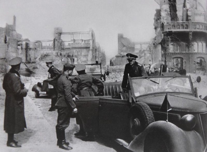 Автомобиль «Wanderer W-26 Tourenwagen» на улице разрушенного Роттердама. Май 1940 г.