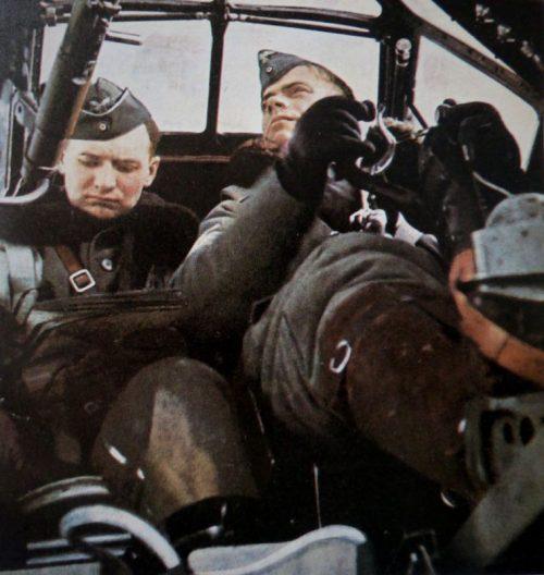 Пилот и штурман позируют в кабине бомбардировщика Junkers Ju-88. 1940 г.