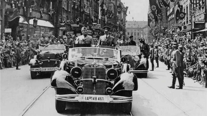 А. Гитлер и Б. Муссолини в кабриолете «Mercedes-Benz 770-K». Мюнхен, июнь 1940 г.