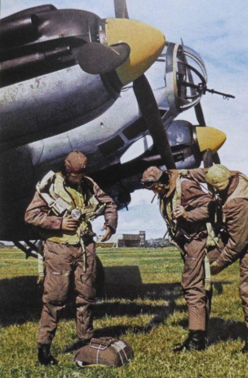 Экипаж бомбардировщика Heinkel He-111 готовится к вылету. 1940 г.
