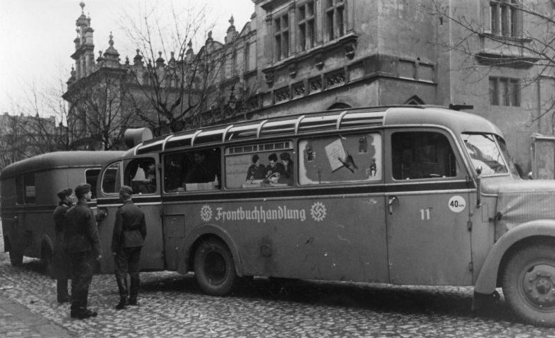 Автобус - передвижной книжный магазин для немецких солдат в оккупированном Кракове. 1940 г.