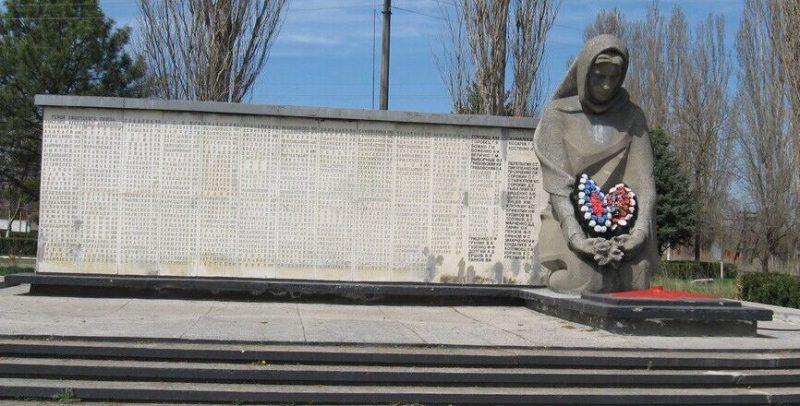 с. Балахоновское Кочубеевского р-на. Мемориал «Скорбящая мать» сооруженный в честь советских воинов, погибших в годы войны.