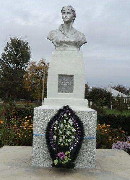 п. Темижбекский Новоалександровского р-на. Могила комсомолки Герасимовой, погибшей от рук фашистов 12 января 1943 года.