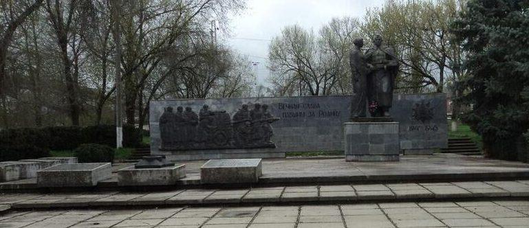 с. Курсавка Андроповского р-на. Памятник, установленный на братской могиле, в которой захоронено 18 советских воинов, погибших в годы войны.