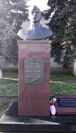 с. Кугульта Грачёвского р-на. Памятник-бюст Герою Советского Союза Минаенко И.А.