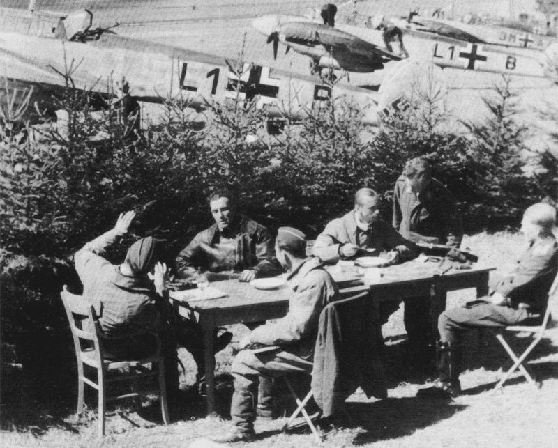 Летчики тяжелых истребителей в перерыве между боевыми вылетами на аэродроме во Франции. 1940 г.