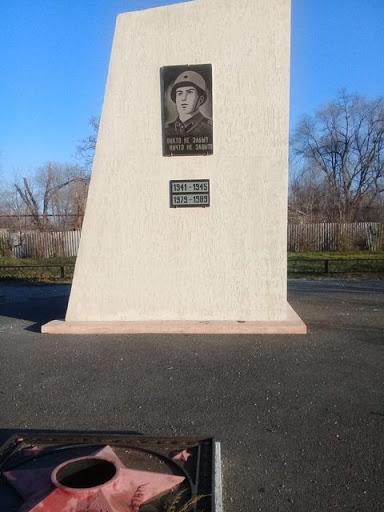 п. Новоспицевский Грачёвского р-на. Памятник советским воинам.
