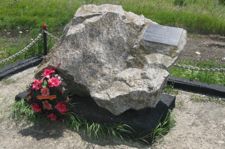 с. Курсавка Андроповского р-на. Братская могила 123 советских воинов и мирных жителей, сожженных фашистами при отступлении из села.