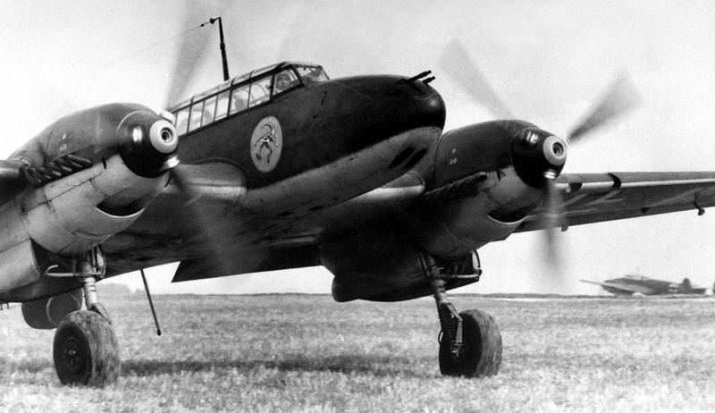 Тяжелый истребитель Мессершмитт Bf. 110C на старте в ходе Французской кампании. 1940 г.