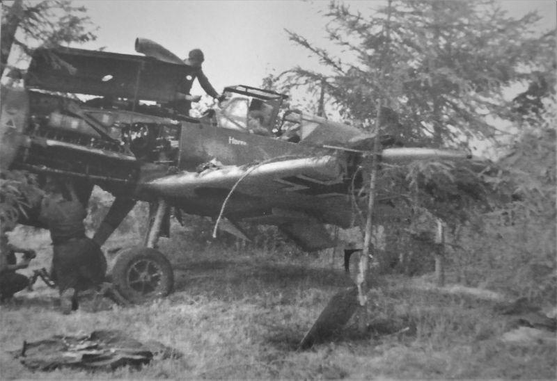 Техники обслуживают истребитель Bf. 109F-4. Франция, 1940 г.