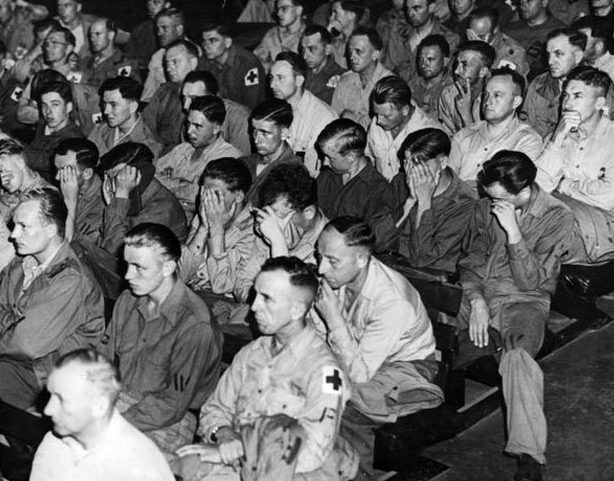 Немецкие пленные смотрят документальный фильм.
