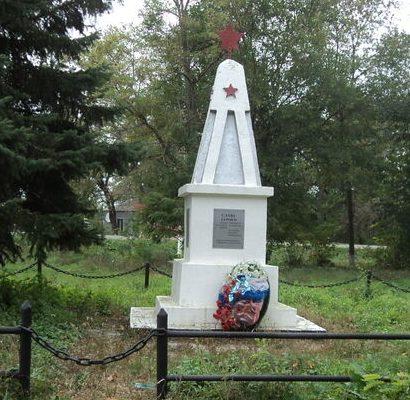 х. Фельдмаршальский Новоалександровского р-на. Братская могила 14 солдат, павших в годы войны.