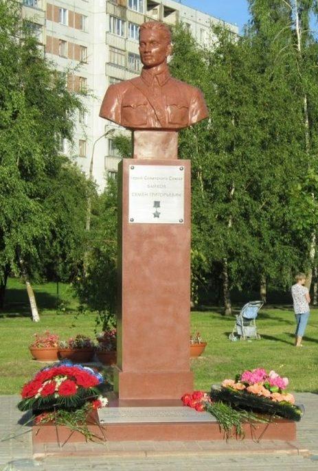 г. Псков. Бюст Героя Советского Союза С. Байкова, командовавшего в годы войны саперным взводом.