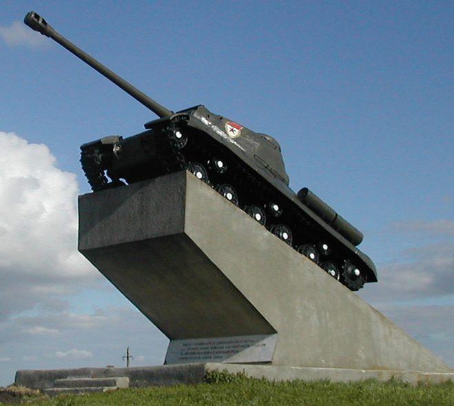 с. Курсавка Андроповского р-на. Танк-памятник ИС-2, установленный в 1983 году в честь танкистов 52-й Отдельной танковой бригады, освобождавших село.