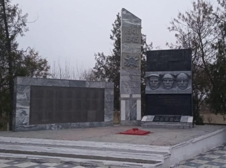 с. Нины Советского р-на. Мемориал, установленный на братской могиле мирных граждан, расстрелянных немецко-фашистскими оккупантами.