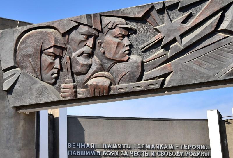 Фрагменты барельефов на памятнике.