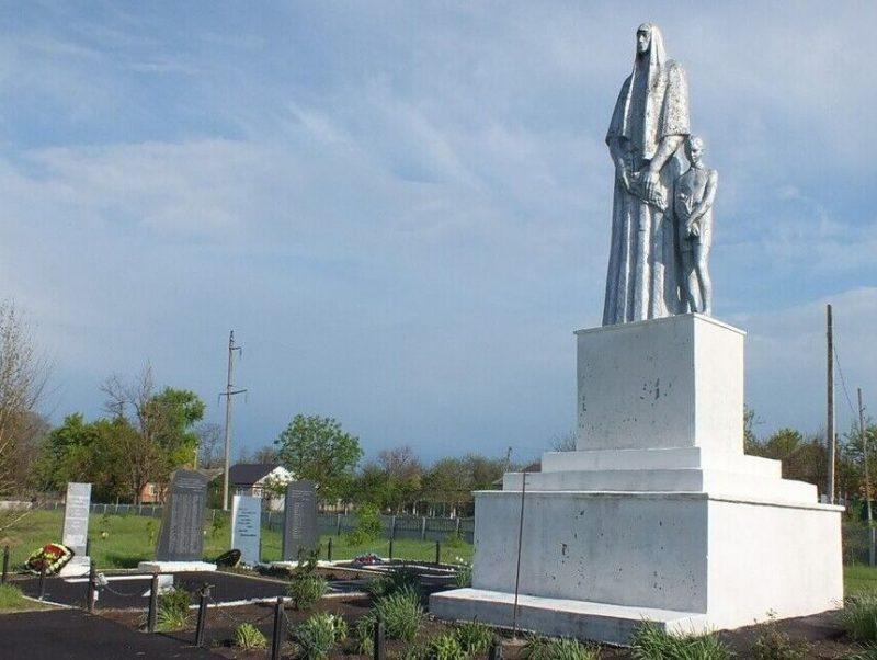 с. Долиновка Новоселицкого р-на. Памятник «Скорбящая мать», установленный на братской могиле 42 советских воинов, погибших в годы войны.