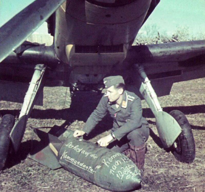 Нанесение надписей на 250-кг авиабомбу SC250 перед подвеской на истребитель-бомбардировщик Мессершмитт Bf.109E-3/B. Франция, 1940 г.