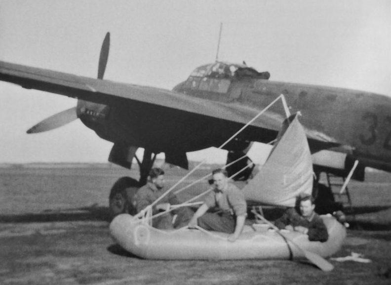 Экипаж самолета Junkers Ju-88 на тренировке со спасательной лодкой. 1940 г.