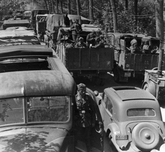 Автомобильные колонны Вермахта на дорогах Бельгии. 1940 г.