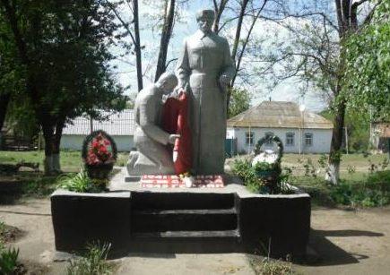 х. Жуковский Новоселицкого р-на. Памятник советским воинам.