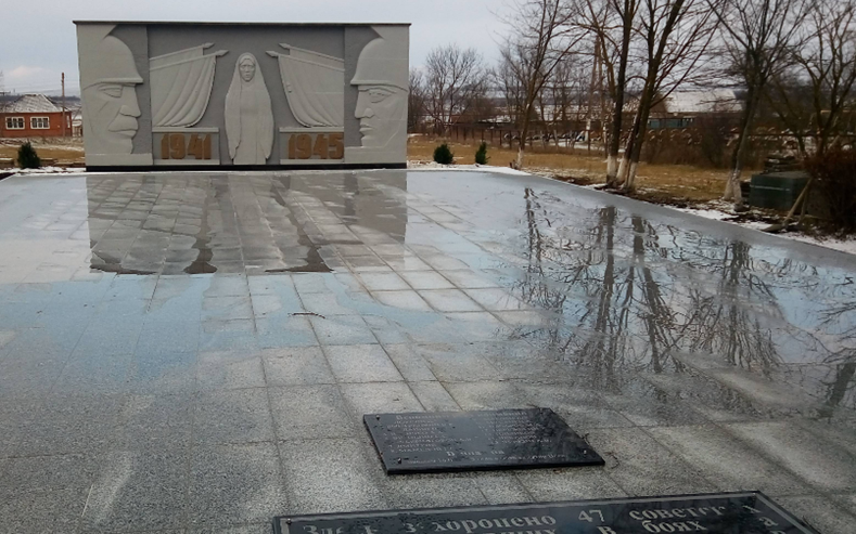 с. Куршава Андроповского р-на. Памятник, установленный на братской могиле, в которой похоронено 47 советских воинов.