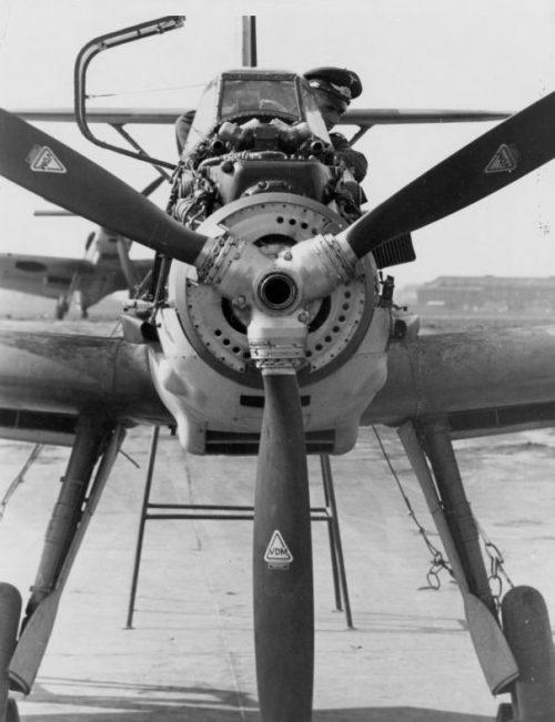 Персонал готовит истребитель Мессершмитт Bf.109E к пристрелке бортового вооружения. 1940 г.