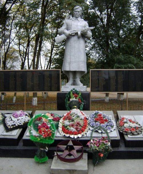 с. Журавское Новоселицкого р-на. Памятник, установленный на братской могиле советских воинов и красных партизан, погибших в годы Гражданской и Отечественной войн.