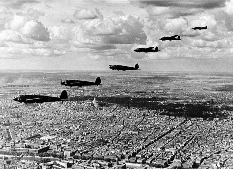 Эскадрилья бомбардировщиков Хейнкель He-111 над Парижем. 1940 г.