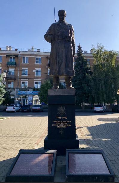 г. Минеральные Воды. Памятник советскому солдату на привокзальной площади, открытый в 2016 г.
