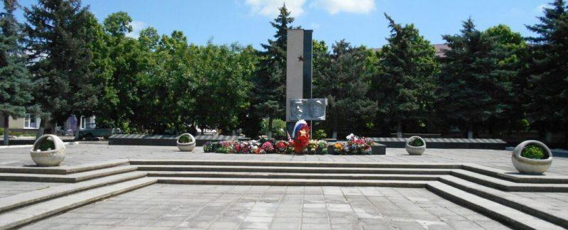 с. Солдато-Александровское Советского р-на. Мемориал, установленный на братской могиле, в которой похоронен 21 советский воин, погибших в 1943 году при освобождении села.