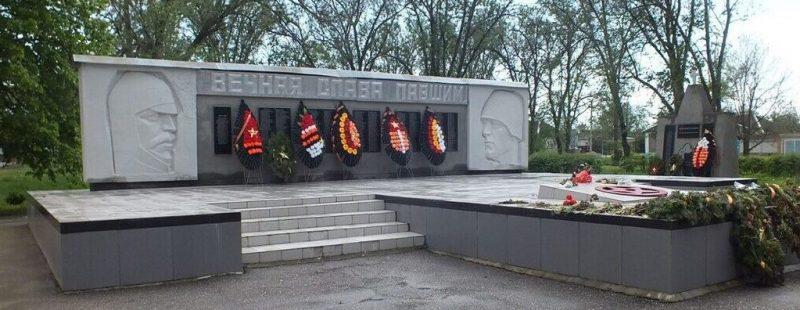 с. Китаевское Новоселицкого р-на. Памятник землякам-участникам Гражданской и Великой Отечественной войн.